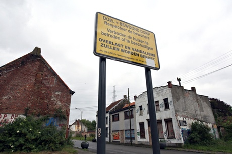 A street sign reminding visitors to Doel to respect the residents.